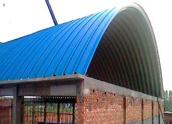 拱形钢构屋顶跨度大,蓝天板业建议选用0.6以上规格绯红彩板